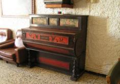 PIANO ANTIGUO. POZUEL